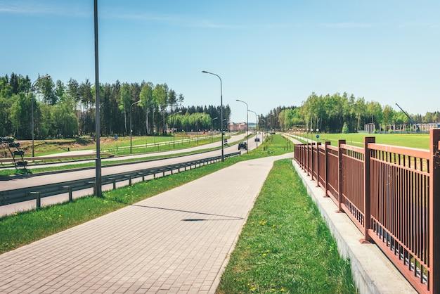 空の自転車と道路の近くの散歩道。