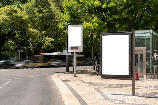 市内の空の看板-広告用のモックアップ