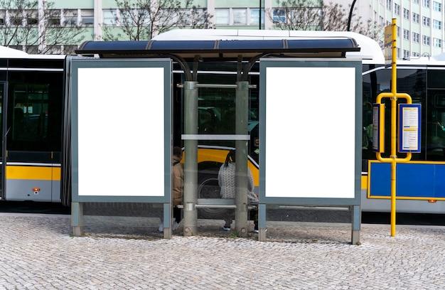 Пустой рекламный щит в городе - макет для рекламы