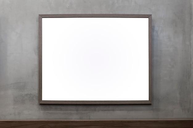 Пустой рекламный щит на кирпичной стене