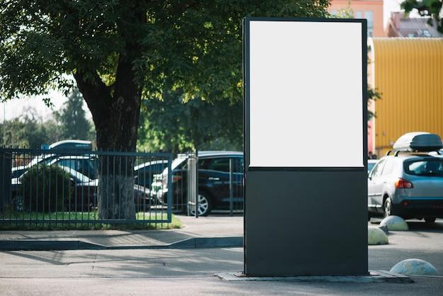 Пустой рекламный щит на автостоянке