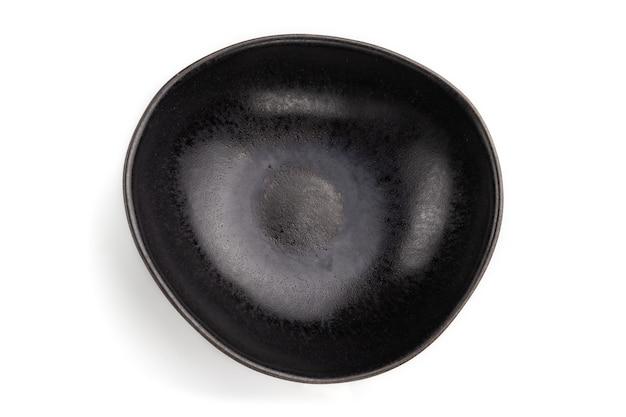 白で隔離される空の黒いセラミックボウル