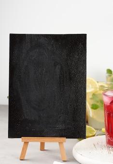 夏の飲み物のレシピを書くための空の黒いチョークボード