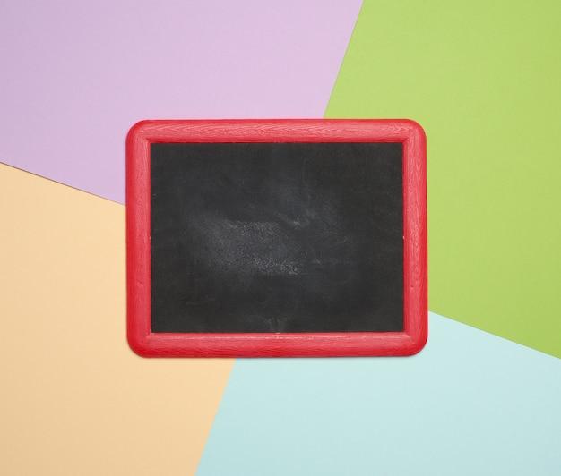 赤枠の空の黒い黒板