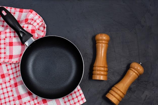 Очистите черную сковороду или сковороду с перцем и морской солью