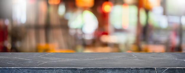 빈 검은 대리석 돌 테이블 상단 및 흐림 유리 창 인테리어 쇼핑몰