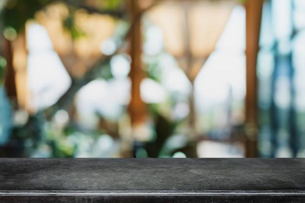 빈 검은 대리석 돌 테이블 상단 및 흐림 유리 창 내부