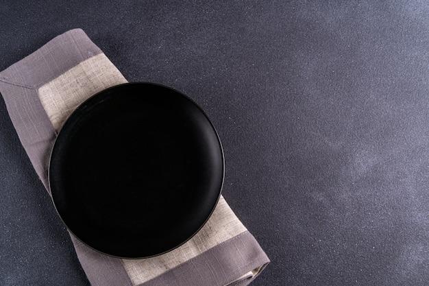 Опорожните черную плиту над черным взглядом столешницы, скопируйте космос.