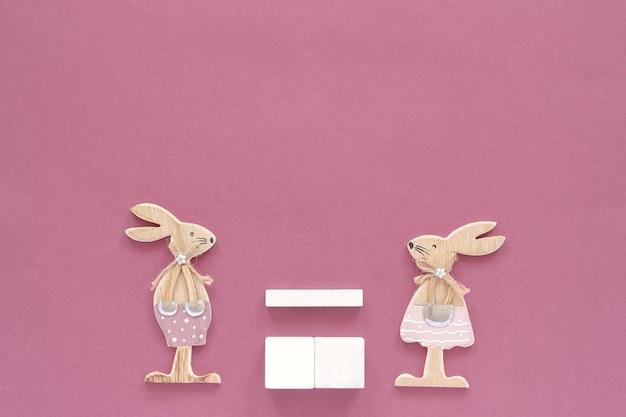 Пустой пустой кубик календаря пара кроликов деревянных фигурок