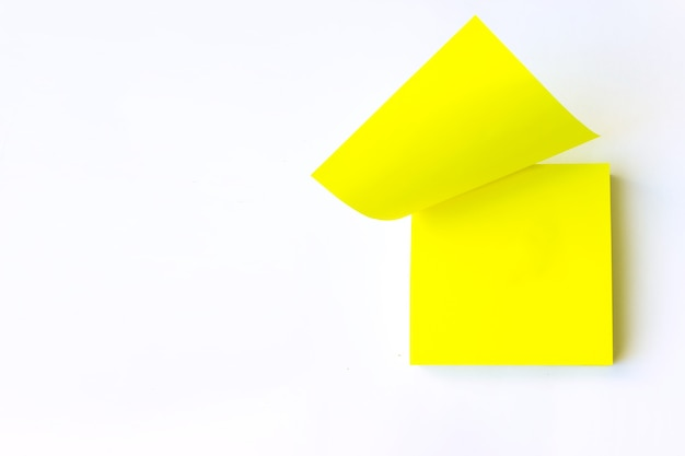 빈 빈 노란색 포스트잇입니다. 확대. 노란색 알림 메모입니다.