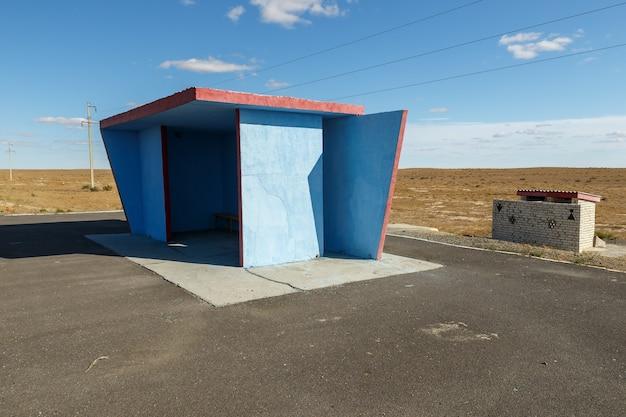 空の青いバス停、バスの待機場所、カザフスタン
