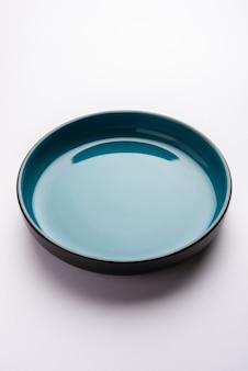 Пустая синяя керамическая миска для сервировки, изолированная на белой поверхности