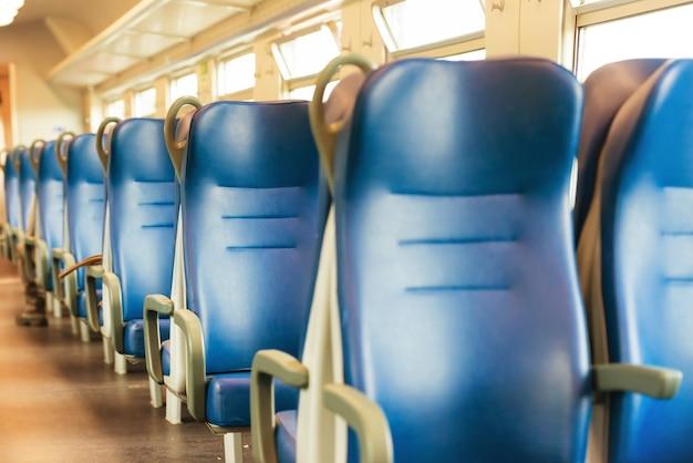 유럽 현대 기차에서 빈 파란색 좌석