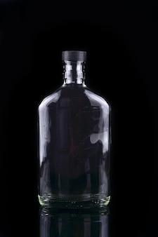 黒で隔離の空のボトル