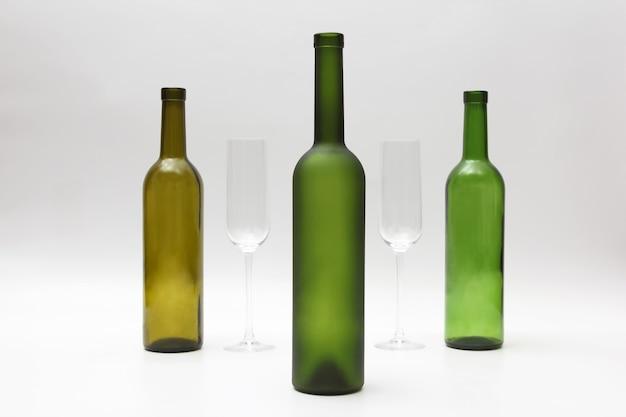 白の空のボトルとワイングラス