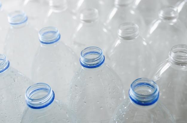 빈 병 재활용, 플라스틱 사용을 줄이고 세상을 구하기위한 캠페인.