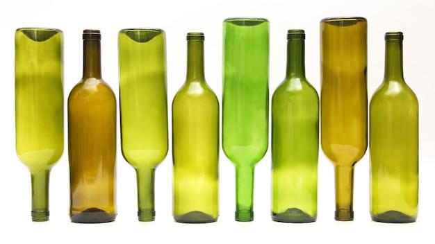 白地にワインの空のボトル。飲用器具
