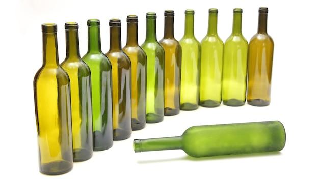 白地にワインの空のボトル。飲み物用食器