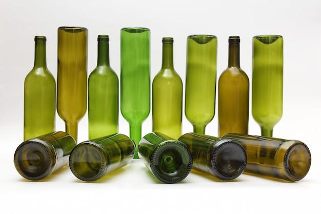 白い背景の上のワインの空のボトル