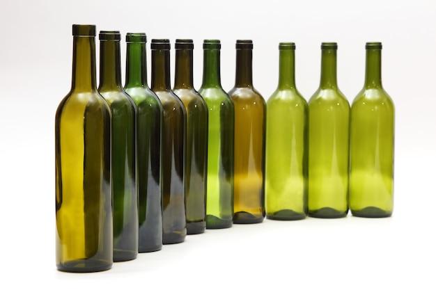 白の上に一列に立っている空のボトル