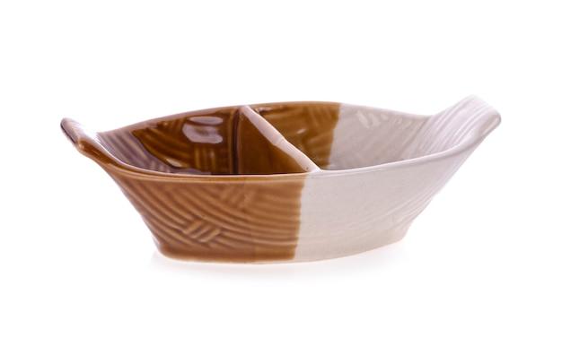 흰색 배경에 고립 된 빈 그릇 세라믹