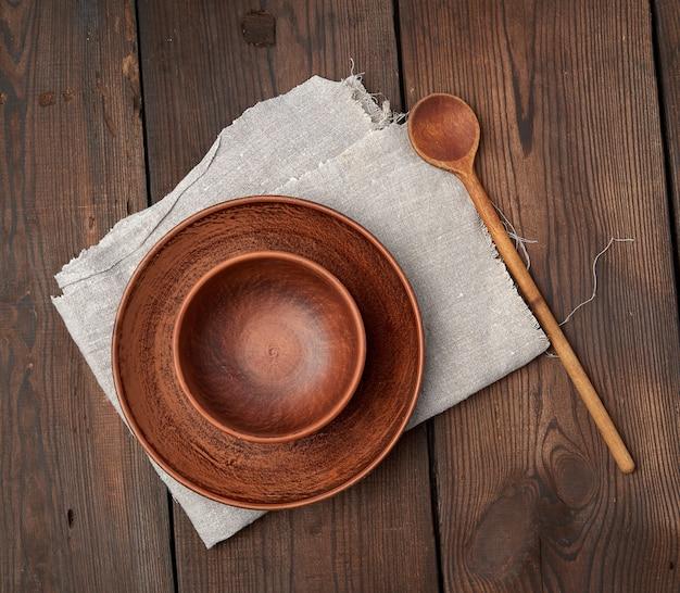 木製のテーブルに空の茶色のセラミックプレート