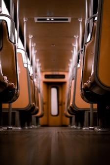 ベルギー、ブリュッセルの地下鉄の空の茶色の革の座席
