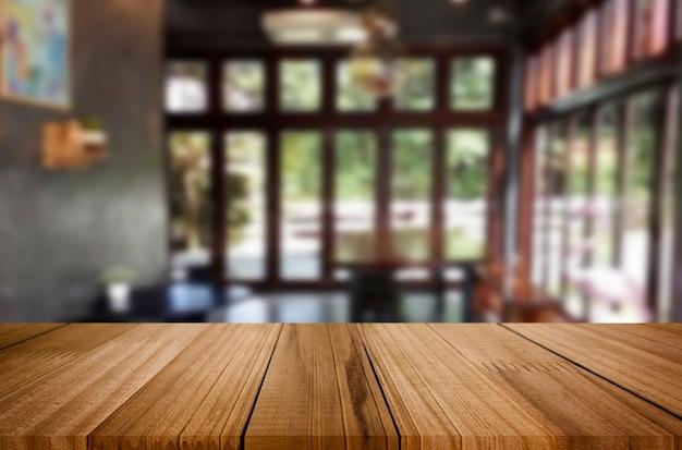 Пустой коричневый деревянный стол и кафе или ресторан
