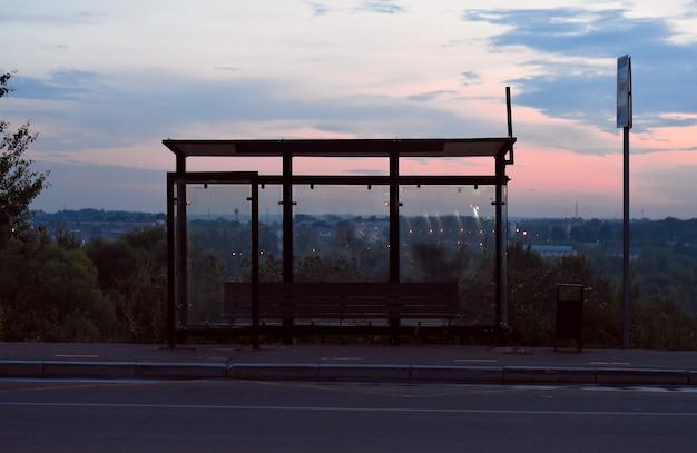 夏の夕方に空のバス停コピースペース