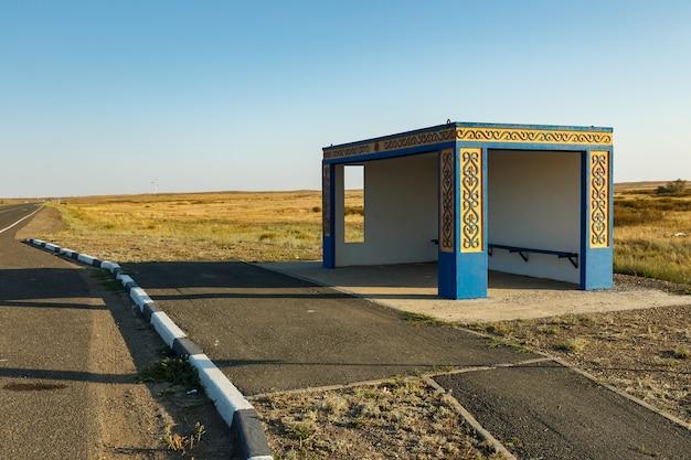 バスカザフスタンの道路待機場所にある空のバス停