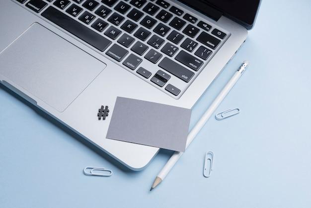 Пустая визитка и ноутбук