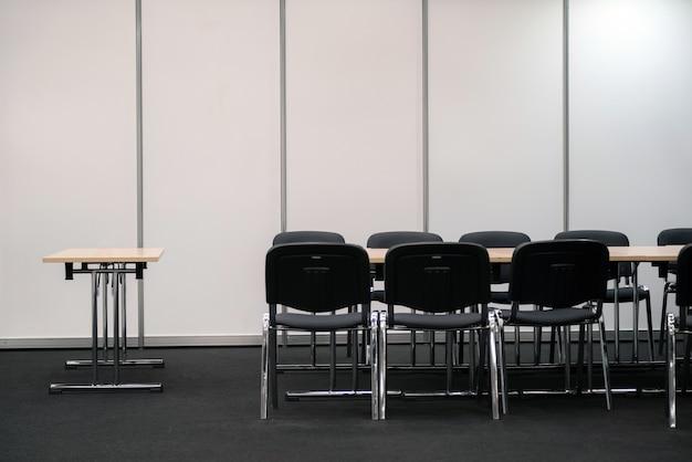 빈 비즈니스 회의실. 의사 결정을위한 책상과 의자.