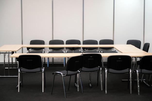 빈 비즈니스 회의실-책상과 의사 결정을위한 의자.