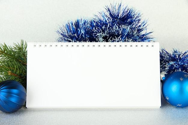 Пустой календарь, новогодний декор и елка