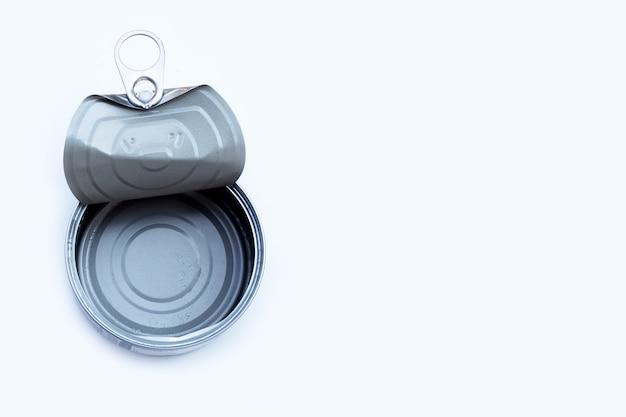 白い表面に空の缶詰
