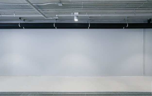 Пустой фоне стены гаража автомобиля с копией пространства
