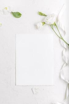 咲く白いトルコギキョウの花と空のカードのモックアップ