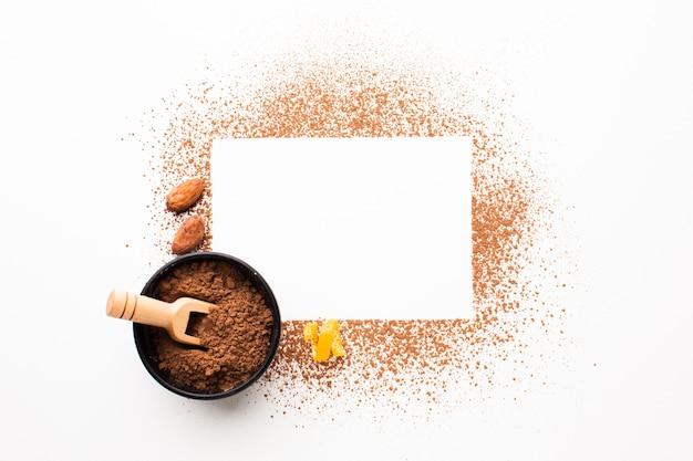 Scheda vuota con cacao in polvere