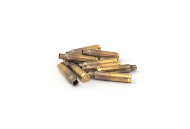 Пустые гильзы для карабина и винтовки, изолированные на белом фоне.
