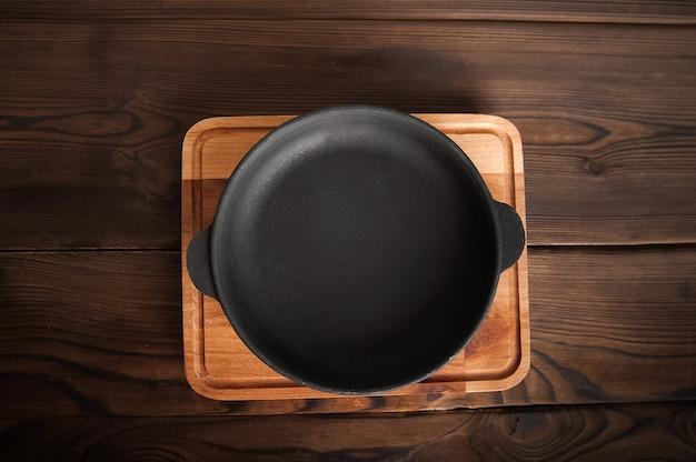 Пустая чугунная круглая сковорода