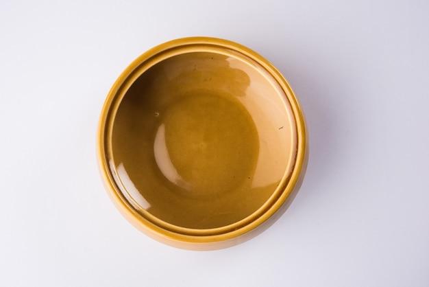 빈 세라믹 그릇 또는 흰색 배경에 고립 된 그릇