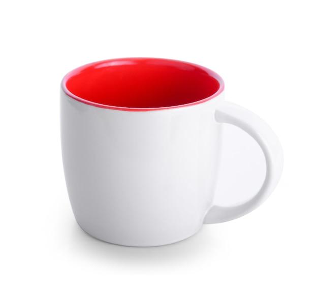 白い背景の上の空のセラミックカップ
