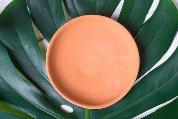 괴물의 잎에 빈 세라믹 수제 접시.