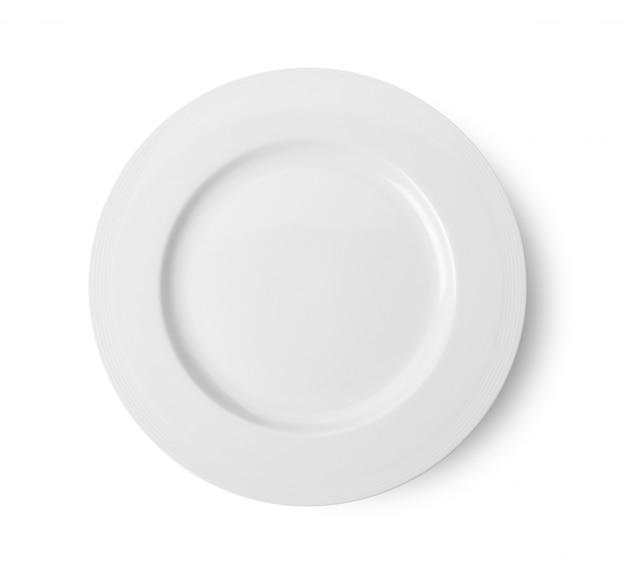 Пустая керамическая круглая тарелка на белом фоне