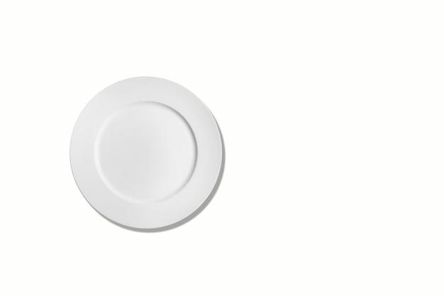 白で隔離される空のセラミック丸皿