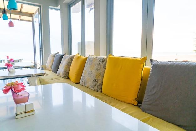 カフェレストランの空の椅子とテーブル