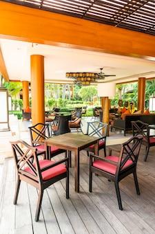 카페 레스토랑에서 빈 의자와 테이블