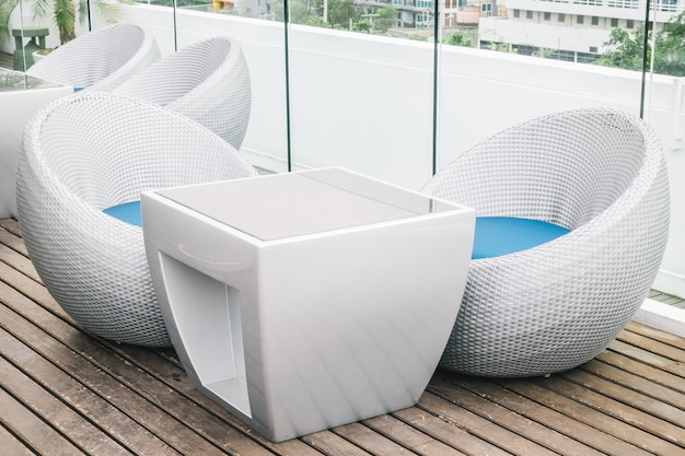 屋外のデッキ付きの空の椅子とテーブル