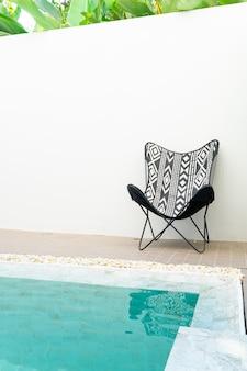 スイミングプールの周りの空の椅子
