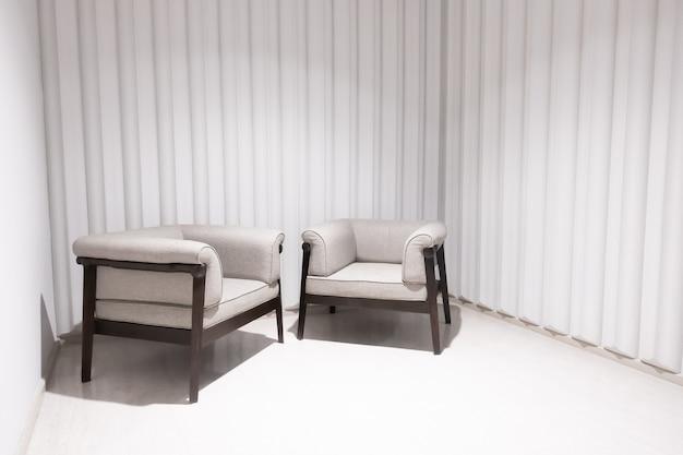 방에 빈 의자 장식